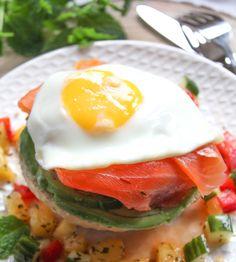 Deze Italiaanse bol met avocado zalm en ei is een superlekker lunchgerecht. Heerlijk met ananas salsa.