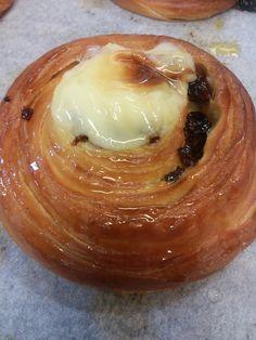 Moltissima gente i radeschi li conosce col nome di girelle. Sono dolci lieviti da colazione come i cornetti, fatti appunto a forma di g...