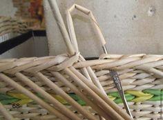 Надеюсь, все вышеизложенные шаги были понятны и выполнены. Продолжаем нашу работу. Напомню, что именно мы используем в нашей работе: любая достаточно крепкая коробка, которую мы будем оплетать (это может быть пластиковая форма или даже кастрюля из вашей кухни и т.д. и т.п.); непосредственно сами трубочки; картон (желательно переплетный, но можно использовать и гофрированный); салфетка с…