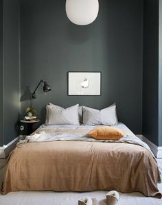Dark green can be an excellent choice, as it makes the room feel tranquil. This Swedish bedroom found on Stadshem is a lovely, green oasis I would love to fall asleep in. Swedish Bedroom, Scandinavian Bedroom, Cozy Bedroom, Master Bedroom, Royal Bedroom, Scandinavian Style, Master Suite, Trendy Bedroom, Modern Bedroom