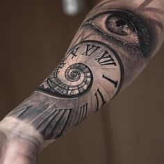 It's Friday! A couple of days off and then back to work. Tattoo from my São Paulo trip last year. Have a great weekend folks:) #SãoPaulo #eye #spiralclock #clock #inkeeze #bishoprotary