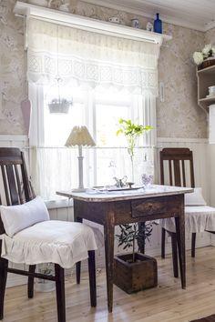 Pitsiset salusiinit ja kappaverho luovat tunnelmaa keittiössä. White lace curtains in an old cottage. | Unelmien Talo&Koti Kuva: Hanne Manelius Toimittaja: Ilona Pietilä