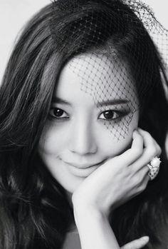 cat eyes x black mesh veil :: Moon Chae Won