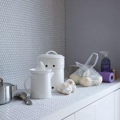 Tiles bench top colour Tile Counters, Outdoor Kitchen Countertops, White Countertops, Floors Kitchen, Tiled Kitchen Countertops, Kitchen Worktop, Penny Round Tiles, Penny Tile, Penny Backsplash