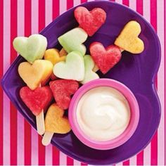 These Heart Kabobs are so cute, there will be no problem getting your little love bugs to eat up these healthy Valentine's Day treats Valentine Desserts, Valentines Day Food, Valentine Ideas, Valentines Breakfast, Valentine Party, Bunco Party, Birthday Breakfast, Fruit Kabobs Kids, Fruit Snacks