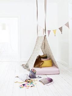 This is the best playroom style. The white wall and white wooden floor make the colorful tent pop. The details, like the garland and the pillow, make this room real stylish. Follow us @mysleepymonkeys for more inspiration!
