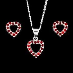 Brincos e pingente em formato de coração, pedras cravejadas de zircônia vermelha.