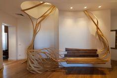Rota-Lab crée des meubles, des lampes et des pièces sur-messure et artisanales pour des intérieurs. C'est le cas d'Arboreus.  Installé dans l'appartement d'un de ses clients, à Rome, la pièce en frêne massif et noyer américain commence au plafond et s'étend latéralement vers la structure du siège. Une installation complexe mais harmonieuse, inspirée de formes naturelles. La création est un clin d'oeil à Pablo Reisono et son banc Spaghetti, elle a nécessité de deux mois d'expérimentation…