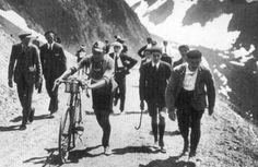 No dia 25 de março de 1876, realiza-se a primeira competição ciclista da história.  A corrida realizou-se na cidade britânica de Cambridge e o objetivo principal foi estabelecer o recorde da hora que, até à data, pertencia ao britânico Dodds com uma distância percorrida de 25 quilómetros e 598 metros.