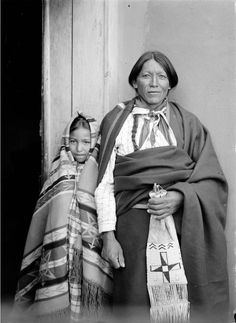 Jicarilla Apache woman and child Beautiful people Native American Wisdom, Native American Photos, Native American Tribes, Native American History, Apache Indian, Native Indian, First Nations, North America, Cowboys