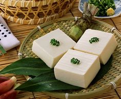 Receta de cómo hacer tofu en casa - El tofu también conocido como queso de soja es básicamente leche de soja fermentada que se consigue fermentar mediante un coagulante como el nigari o con zumo de limón o vinagre de manzana. Salud Natural, Tofu Recipes, Vegan Foods, No Cook Meals, Organic, Cooking, Fitness, Gastronomia, Vegetarian Recipes