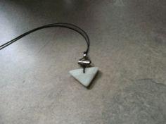 Specksteinanhänger (weisser Stein aus China) dreieckige Form, obere Hälfte naturbelassen sonst poliert mit Silberhülse und kleiner Silberperle