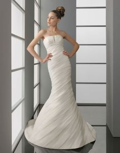 Dropped waist chapel train sleeveless organza charming bridal gown