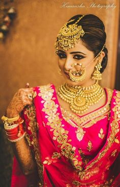 Stunning Bridal Gold Necklace Designs For The Swoon-Worthy Brides of 2020 Before you buy bridal jewellery, check designer gold necklace designs online. Bollywood style latest wedding gold necklace designs for 2020 are here for a diva look. Sikh Wedding Dress, Punjabi Wedding Suit, Bridal Mehndi Dresses, Punjabi Bride, Bridal Outfits, Bridal Lehenga, Indian Wedding Makeup, Indian Bridal Fashion, Indian Wedding Jewelry