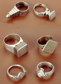 Tendance Joaillerie 2017 Africa Rings from the Tuareg people of Algeria (top two) and from Niger (botto Ethnic Jewelry, African Jewelry, Jewelry Art, Jewelry Rings, Jewelry Accessories, Fashion Jewelry, Bohemian Jewelry, Style Fashion, Net Fashion