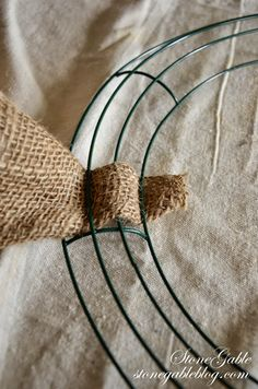 StoneGable: BURLAP WREATH TUTORIAL --Secure the end of burlap to metal wreath form. Weave in and out as shown, this will help secure the burlap. Burlap Bubble Wreath, Easy Burlap Wreath, Burlap Wreath Tutorial, Wreath Crafts, Diy Wreath, Wreath Ideas, Tulle Wreath, Fabric Wreath, Making Burlap Wreaths