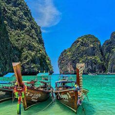 Бухта Майя Бэй | Тайланд.  Майя Бэй – небольшая бухта на острове Пхи-Пхи Лей, который находится в Таиланде, в провинции Краби. Берега острова Пхи-Пхи, знаменитого во всем мире благодаря фильму «Пляж» с Леонардо Ди Каприо в главной роли, омывают кристально чистые воды Индийского океана.  Вход в бухту очень узкий, поэтому пляж кажется полностью скрытым от океанского ветра скалами, покрытыми сталактитами диковинных форм и размеров. Высота некоторых скал достигает 100 метров. А закр...