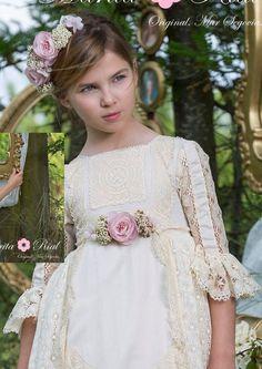 Detalle vestido encaje beige y flor rosa de Marita Rial