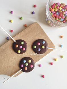 Pour une dizaine de sucettes chocolat, vous aurez besoin de: 150g de chocolat noir 70% fondu Des mini smarties Des bâtonnets de sucettes Réalisation: – Fondre le chocolat noir au bain marie. …