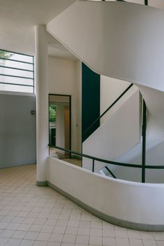 Maristella travels to Poissy, in the outskirts of Paris, to visit Le Corbusier's modernist architecture masterpiece, the Villa Savoye. Interior Architecture, Interior Design, Le Corbusier, Beautiful Buildings, Villa, Stairs, Mood, Home Decor, Nest Design