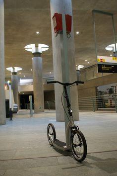 Es sieht aus, wie eine moderne Statue in einer Kunsthalle und ist doch nur der #SwiftyOne in einem Berliner U-Bahnhof. ;) #swiftyscooters #commute #kolobezka #footbike #tretroller #trottinette #urban #berlin #footbikeberlin Brompton, Kids Scooter, Scooters, Cn Tower, Berlin, Statue, Kick Scooter, Trial Bike, Mopeds
