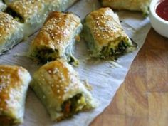 Pumpkin, spinach and feta Sausage rolls are always a hit with the kids. This vegetarian version is sure to please even the fussiest eaters and makes for an easy lunch or weeknight meal. They're also great for parties and picnics. Vegetarian Recipes, Cooking Recipes, Healthy Recipes, Vegetarian Kids, Kid Recipes, Picnic Recipes, Kitchen Recipes, Picnic Foods, Savoury Recipes