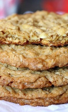 Best Oatmeal Cookies - Crispy around the edges and soft and chewy in the center. So easy to make and even easier to eat! Easy Cookie Recipes, Cookie Desserts, Just Desserts, Sweet Recipes, Baking Recipes, Delicious Desserts, Dessert Recipes, Oatmeal Cookie Recipes, Oatmeal Chocolate Chip Cookie Recipe