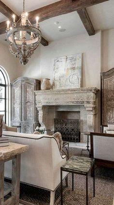 Arredare il soggiorno in stile toscano - Camino in pietra