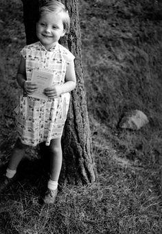 L'album photo d'Angela Merkel Angela Merkel as a young girl. She looks really happy and serene here.