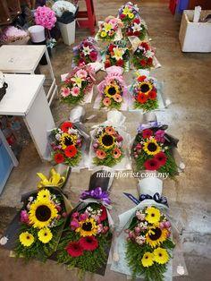 听说明天,后天和大后天都是 #教师节 #TeacherDay #米兰花屋 #MilanFlorist #instaflower #MilanStyle ☎016-7677027 / 016-7704487 milanflorist.com.my #AustinHeight #jbflorist #jbonlineflorist #johorbahru #新山花店 #柔佛新山 #MountAustin Felt Flower Bouquet, Bouquet Wrap, Diy Bouquet, Flower Garland Wedding, Flower Garlands, Flower Box Gift, Flower Boxes, Family Flowers, Unique Flower Arrangements