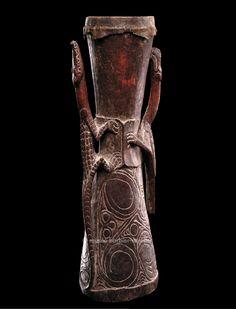 Tambour en forme de sablier, Mélanésie, Iatmul, PNG, Province de Sepik de l'est, moyen Sepik | Arts de Nouvelle-Guinée - Les Musées Barbier-Mueller