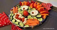 Eine kreative Idee Gemüse für die Rohkostplatte zu dekorieren. Dieser Rohkost-Clown passt zum Kindergeburtstag genau so wie zur Karnevalsparty. Schnell gemacht mit toller Wirkung. Den Dip habe ich nach einem Rezept im Thermomix gemacht. Da schmeckt den Kindern das Gemüse noch mal so gut! Rohkost Dekoration auf dem Tablett. Great veggie plater idea!