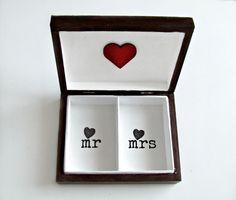 wedding ringbox   ślubne pudełko na obrączki w stylu retro. Pudełeczko skrzyneczka Eco Manufaktura Wedding Boxes, Retro, Handmade, Casamento, Hand Made, Craft, Retro Illustration, Mid Century, Arm Work