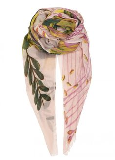 Get a summery look with this colourful Nahele scarf from Becksöndergaard. The scarf is printed with a lovely lily inspired photo print.