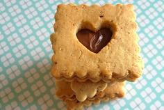 Sablés coeurs noix de pécan chocolat http://www.heitiare.fr/sables-coeur-noix-de-pecan-chocolat.html