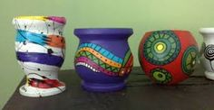 Resultado de imagen para imágenes de macetas pequeñas pintadas Ceramic Pots, Terracotta Pots, Flower Pot Crafts, Flower Pots, Pottery Painting, Ceramic Painting, Pottery Designs, Painted Pots, Fairy Dolls