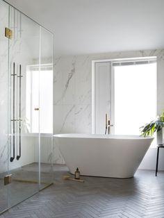 5 gode tip til dig om at renovere et lille badeværelse - Lilly is Love Mid Century Modern Bathroom, Modern Bathroom Sink, Master Bedroom Bathroom, Modern Bathroom Design, Bathroom Interior Design, Modern Interior, Bathroom Lighting, Neutral Bathroom, Master Baths