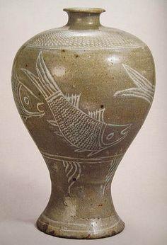 (Korea) Buncheong Ware Porcelain Pottery with fishes. ca 15th century CE. Joseon Kingdom, Korea. 粉靑沙器 象嵌魚文梅甁