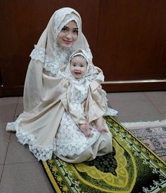 what are the Traditional manners of Muslim women in Islam? list of bad manner, etiquette and good manners, victorin manner books and quranmualim. Muslim Family, Muslim Girls, Muslim Women, Muslim Fashion, Hijab Fashion, Mother Daughter Fashion, Hijab Style, Hijabi Girl, Hijab Dress