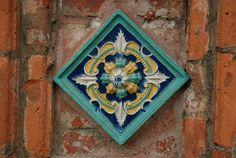 Украшение изразцами наружных стен церкви Иоанна Златоуста в Коровниках. Ярославль