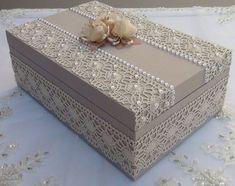 Caixa toda trabalhada porta trecos, e decorada com pedras de pérolas branca, e renda, na cor bege.