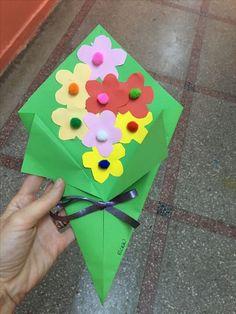 """Képtalálat a következőre: """"maternelle après avoir peint le fond bleu, les . Kids Crafts, Mothers Day Crafts For Kids, Mothers Day Cards, Toddler Crafts, Easter Crafts, Diy For Kids, Diy And Crafts, Arts And Crafts, Pond Crafts"""