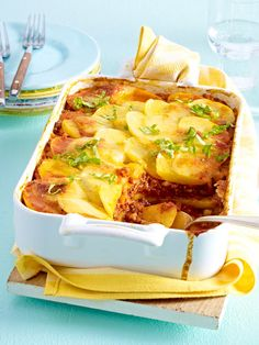Kartoffel-Bolognese-Auflauf Layer by layer a poem, this casserole of potatoes and minced meat. Mince Dishes, Oven Dishes, Meat Recipes, Healthy Recipes, Good Food, Yummy Food, Carne Picada, Healthy Eating Tips, Pampered Chef