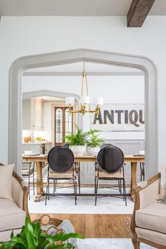 Joanna Gaines Style 80220437097117364 - A gorgeous gothic arch in a 1927 Tudor renovated by Fixer Upper's Joanna and Chip Gaines. This classic yet modern dining room features black dining chairs, a huge ANTIQUES sign, and a rustic farm table. Fixer Upper Hgtv, Fixer Upper Decor, Fixer Upper House, Dining Room Walls, Dining Room Design, Living Room, Joanna Gaines, Fixer Upper Dekoration, Design Studio
