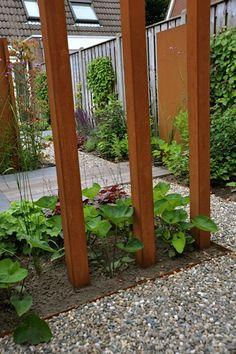 Combinatie van cortenstaal en vaste planten