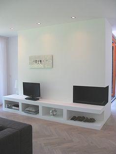 Mooie haard met zwart stalen binnenkant op maat gemaakt. Daarvoor een mooi strak meubel. Thomas kok openhaarden kan een vergelijkbare gasopenhaard voor u bouwen! www.thomaskok.nl