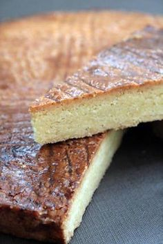 La meilleure recette de ** Gâteau Breton Pur beurre recette traditionnelle **! L'essayer, c'est l'adopter! 4.7/5 (19 votes), 25 Commentaires. Ingrédients: Recette du Gâteau breton pour 6 personnes ( A préparer la veille), Les Ingrédients :, -250 Gr de Farine, -150 Gr de Beurre ( demi sel – Beurre de Baratte conseillé), - 150 Gr de Sucre, - 3 jaunes d'œuf, - 6 CS de Rhum ( à défaut 1 CS de fleur d'oranger ), Pour La dorure, - 1 Jaune d'oeuf - 1 CS d' Eau