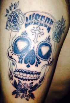 """zorzimattiasx   #casttattoo In redazione stanno arrivando tantissime foto di tatuaggi con storie bellissime. Grazie a tutti e continuate così! Ecco il tatuaggio di """"zorzimattiasx"""". """"un tatuaggio che tiene in vita il ricordo dei miei nonni… tra malattie e suicidi questo è un modo per tenerli sempre con me anche da lassù"""" http://tattoo.codcast.it/"""