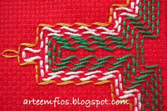 Arte em Fios: Vagonite de Natal! Huck Towels, Swedish Weaving Patterns, Swedish Embroidery, Chicken Scratch Embroidery, Monks Cloth, Christmas Door Decorations, Bargello, Christmas Cross, Sewing Crafts