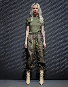 Kanye West YEEZY SEASON FIVE boots and clothes presented during New York Fashion Week. Yeezy boots in different colours and Yeezy clothings New York Fashion, Fashion Week, Fashion 2017, Runway Fashion, Womens Fashion, Fashion Trends, Winter Fashion, Amina Blue, Kanye West